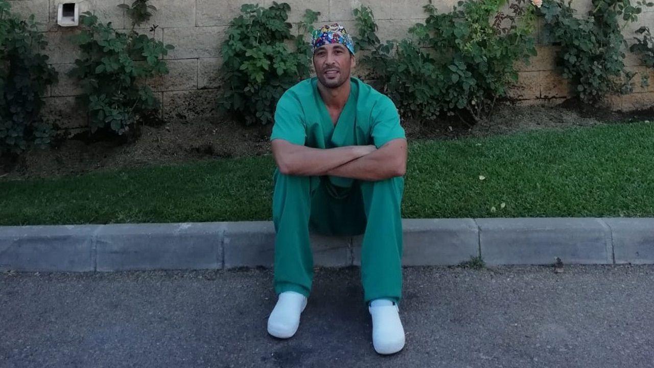 Israel Pita actualmente reside en Málaga donde trabaja como celador de urgencias en una clínica