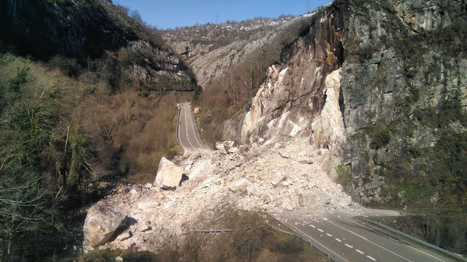El gran argallo que cortó la vía de acceso a través del Corredor del Nalón en marzo