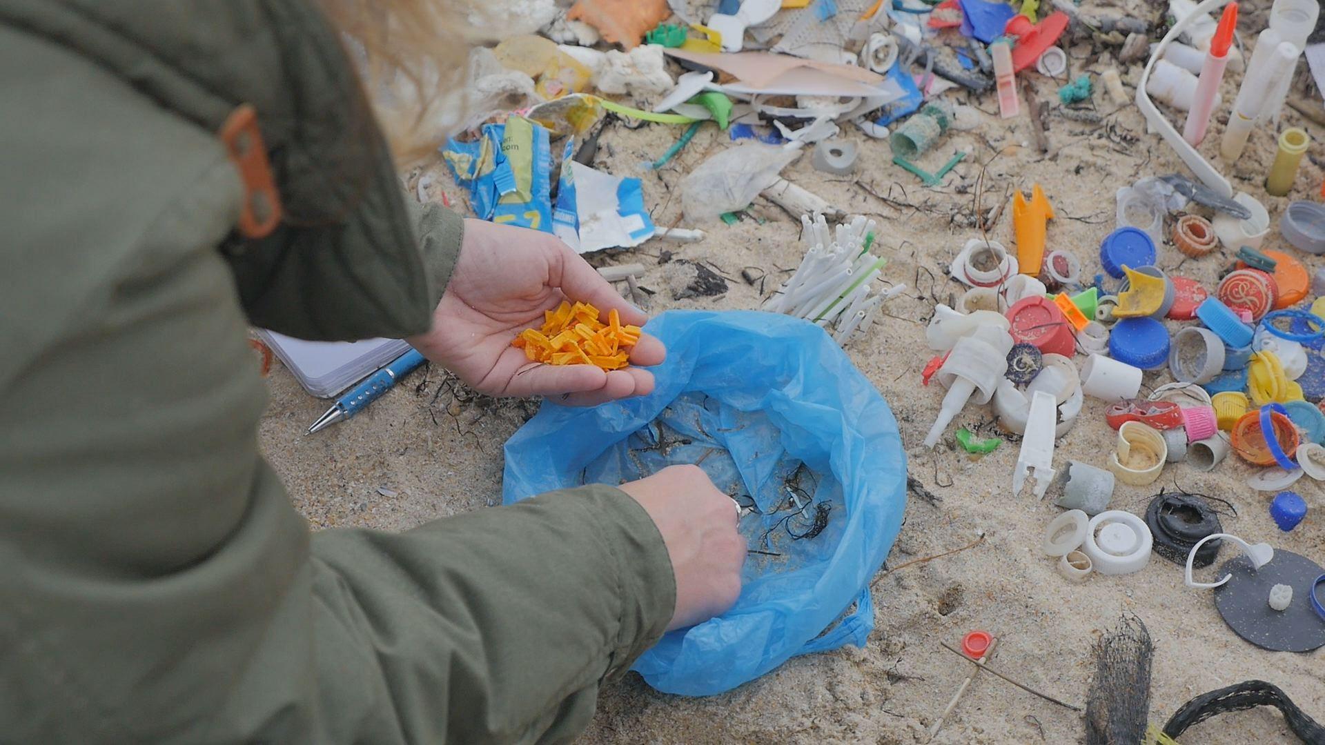 Recogida de plástico en la playa coruñesa de Mera por parte del colectivo Retoque Retro
