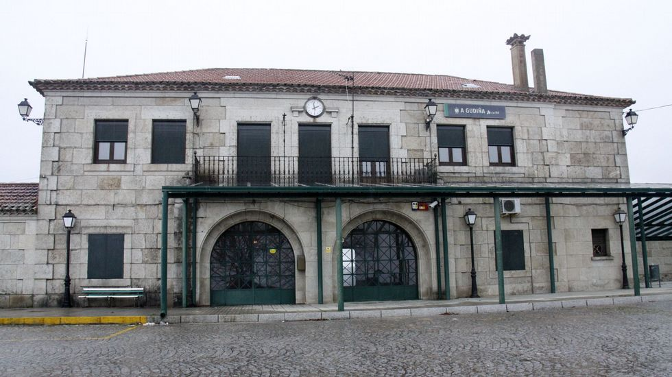 Turbulento aniversario del 1-O.La actual estación de tren de A Gudiña
