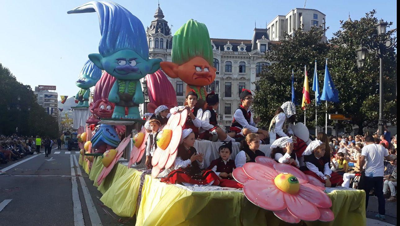 Niños y niñas vestidos de asturianos en el Día de América en Asturias 2018