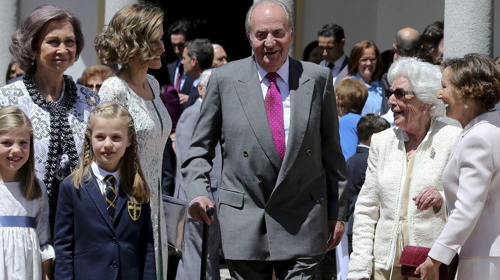 . La reina Letizia junto a los reyes don Juan Carlos y doña Sofía, sus hijas, Leonor y Sofía, su madre, Paloma Rocasolano, y su abuela, Menchu Álvarez del Valle.