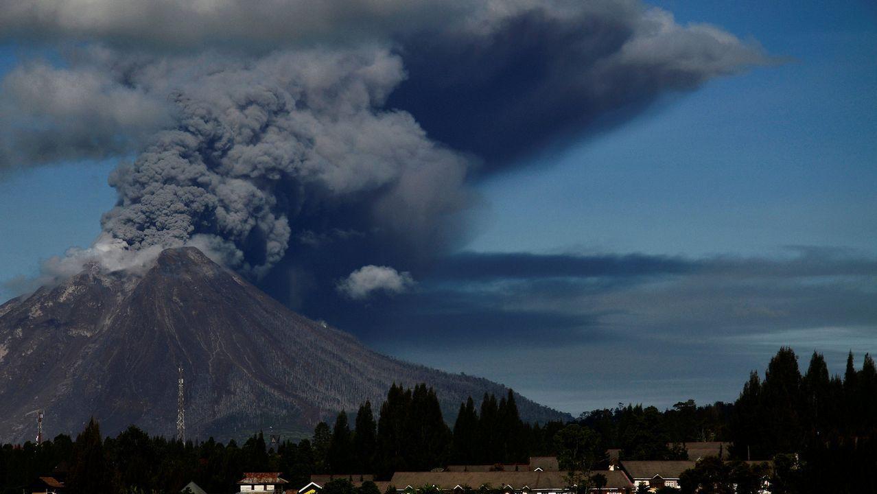 El volcán Sinabung emite una nube de polvo y ceniza durante una erupción en Kano, Indonesia