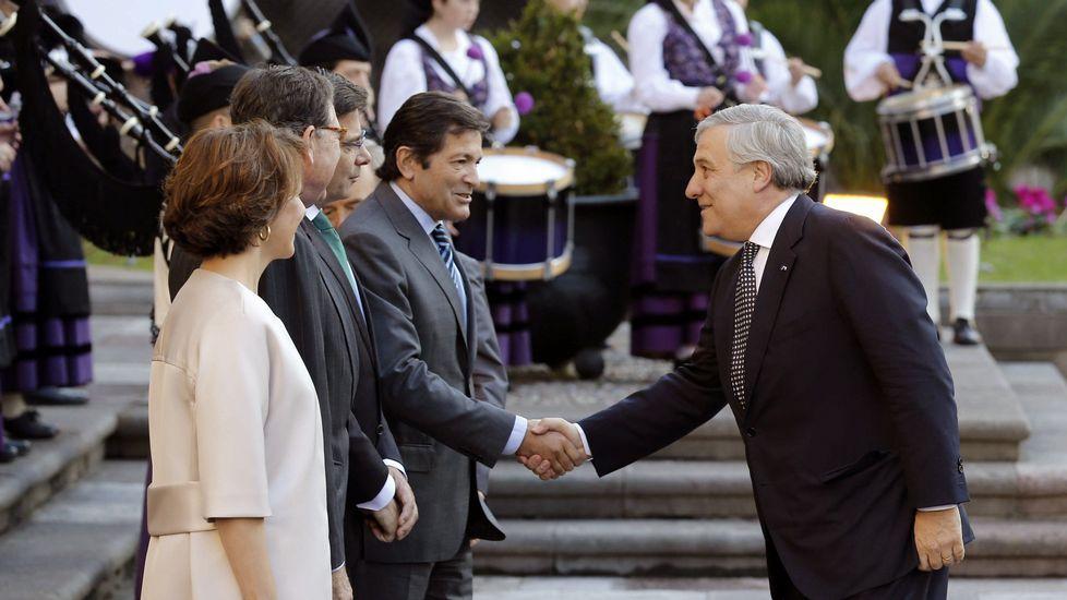 La central térmica de Soto de Ribera. El presidente del Parlamento Europeo, Antonio Tajani (d), y el presidente del Principado, Javier Fernández, se saludan a su llegada hoy a Oviedo