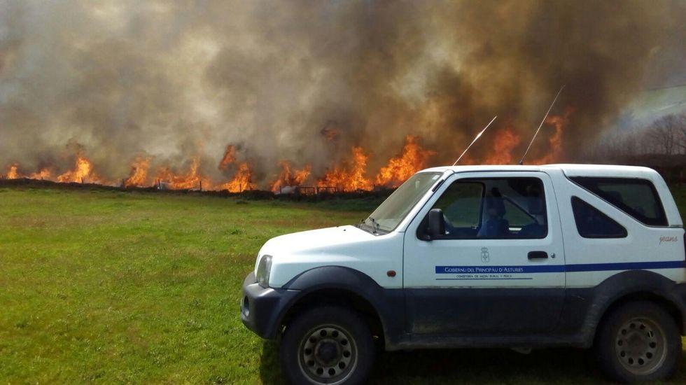 .Incendio en Santullano de Allande, con uno de los coches de la consejería
