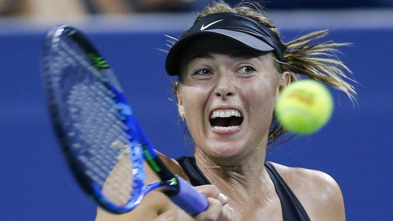 .La rusa Maria Sharapova golpea la pelota durante un partido femenino del US Open 2018