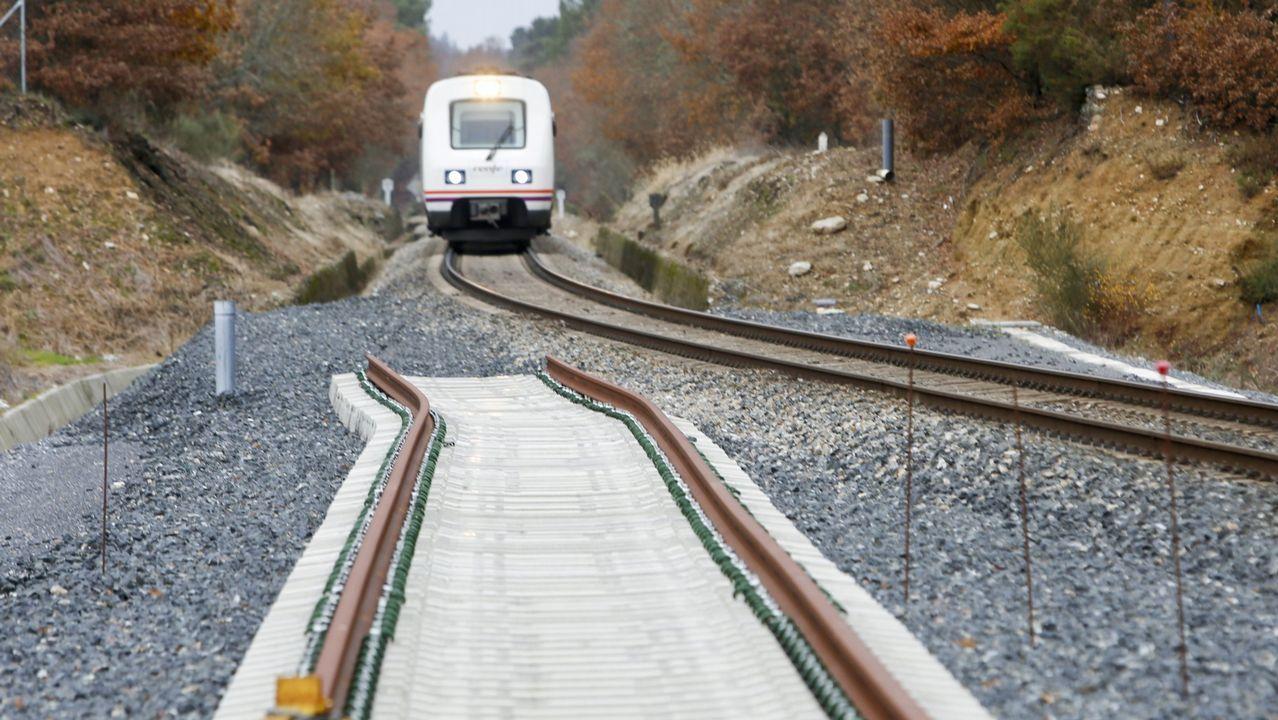 Un paseo por Pedras Miudas.El tren entre Ferrol y A Coruña espera mejoras desde hace años.