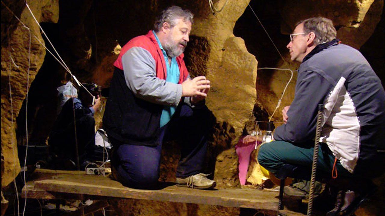 Marco de la Rasilla, junto a Svante Pääbo en la cueva de El Sidrón, en 2010
