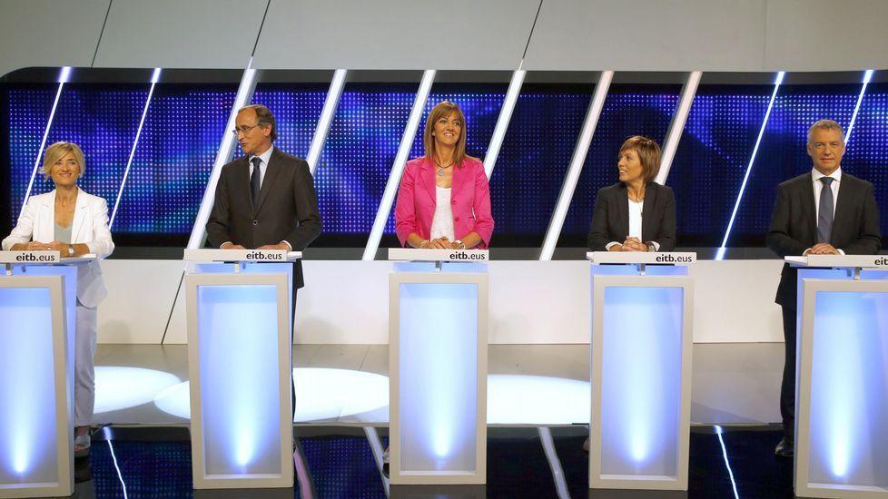 .Pili Zabala, al lado de Alfonso Alonso, durante el debate.