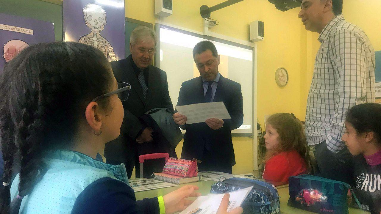 El consejero de Educación, Genaro Alonso, en una clase del plan piloto del asturiano, en el colegio El Bosquín