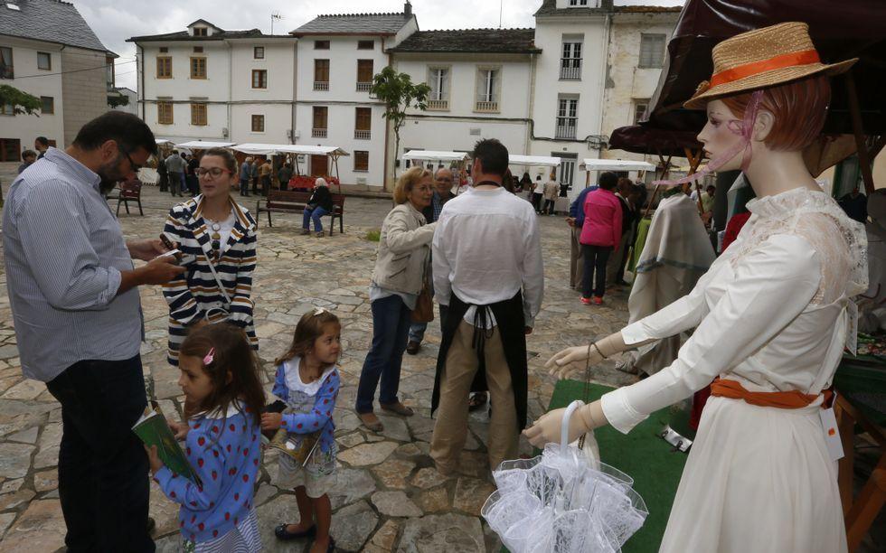 Los artesanos muestran sus creaciones en Outeiro de Rei