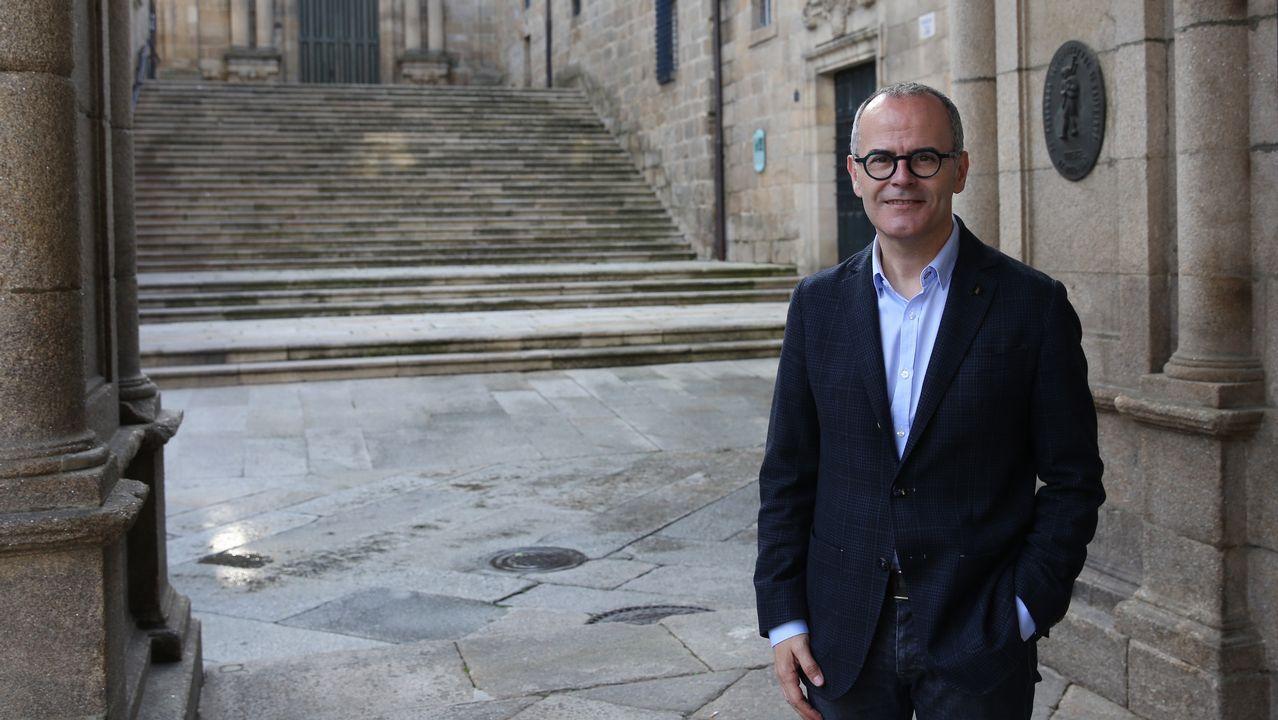 Entrevista a Ángela Vallina, candidata de Izquierda Unida a la presidencia del Principado.Jesús Vázquez posa al lado de la casa consistorial de Ourense