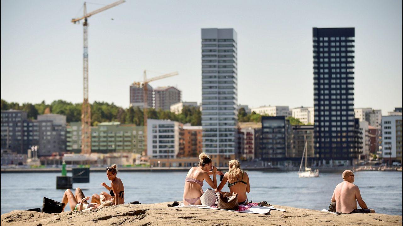 Personas toman un baño en el centro de Estocolmo (Suecia)