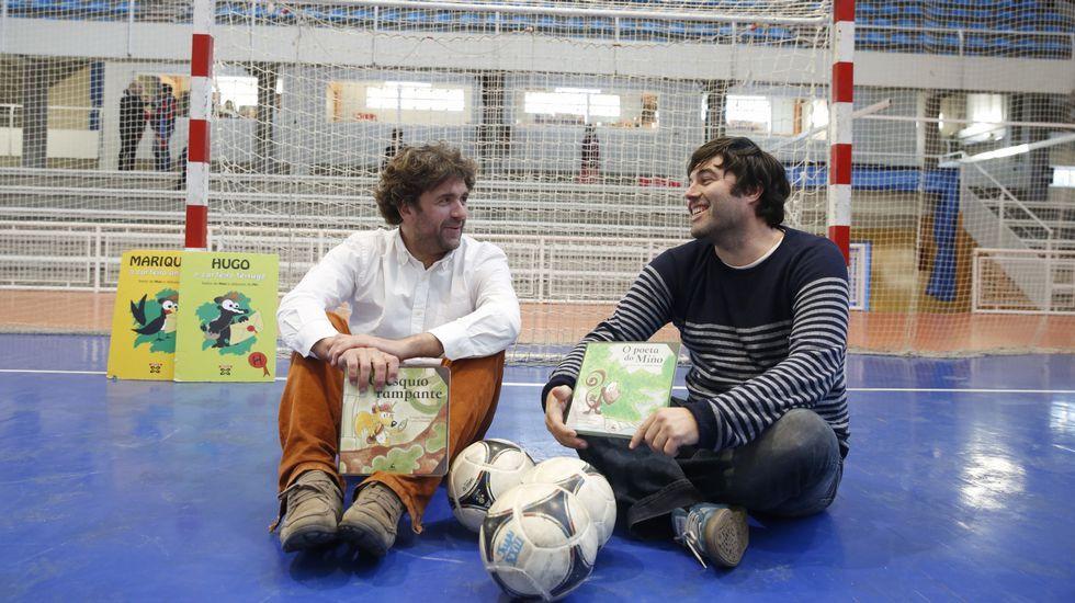 Enrique Mauricio y Carlos Taboada organizan cuentacuentos que incluyen obradoiros de dibujo para los pequeños y sus padres.