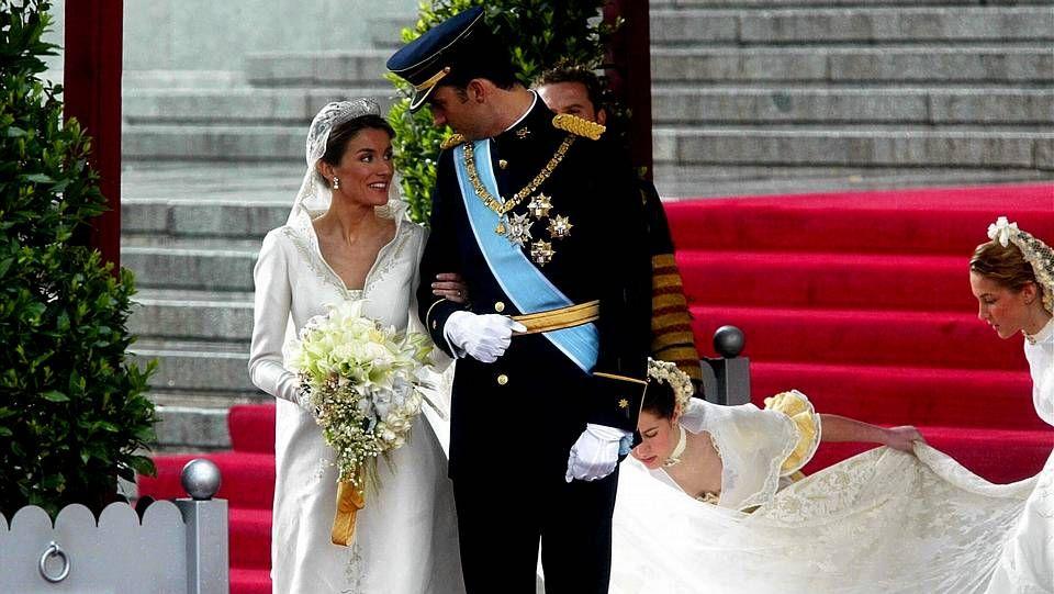 .Los príncipes consolando a los familiares.