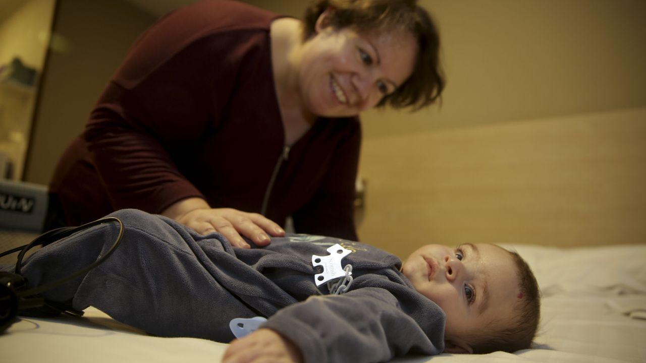 El rock sanxenxino hace bailar a los italianos.Daniela, con su bebé, Lois, operado del corazón en el materno Teresa Herrera, Chuac