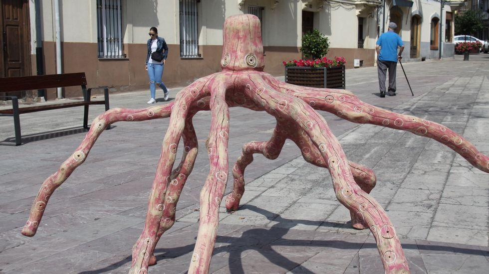 Festival enBarcArte. En la praza Maior está el «Pulpo Urbano» de Coquixo