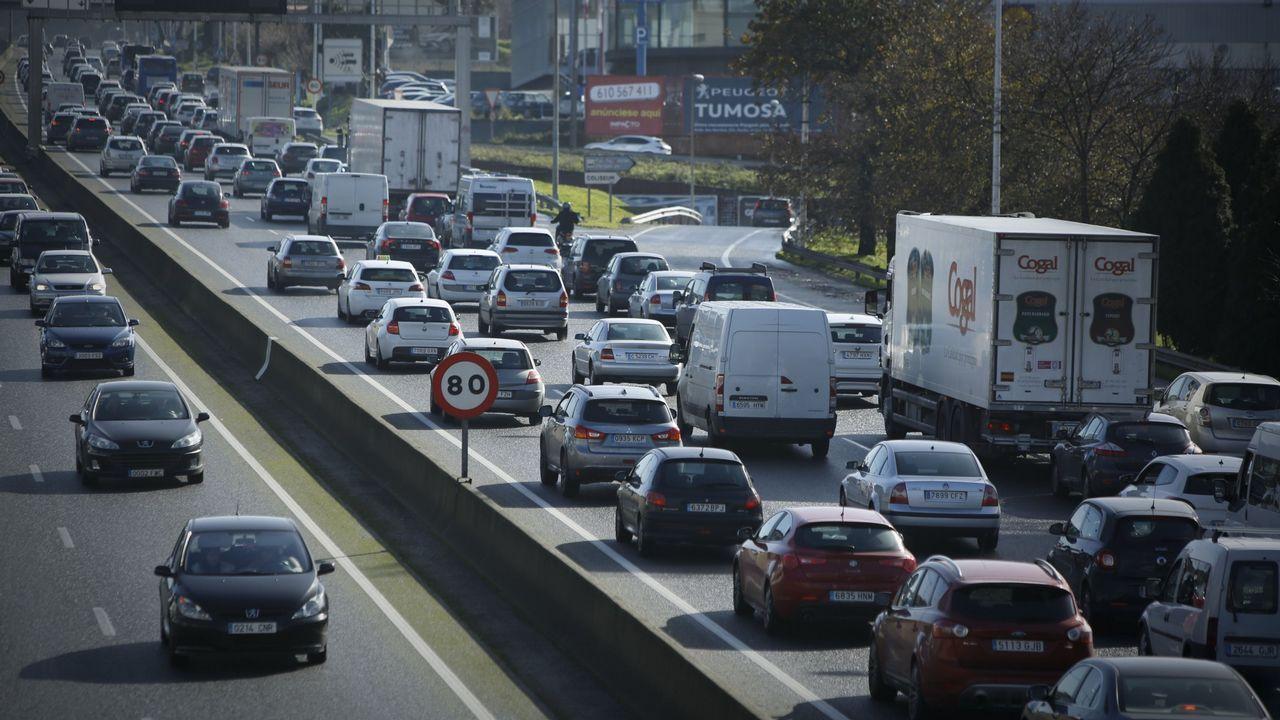 Colocación de un radar Velolaser de la Guardia Civil en una carretera de A Coruña