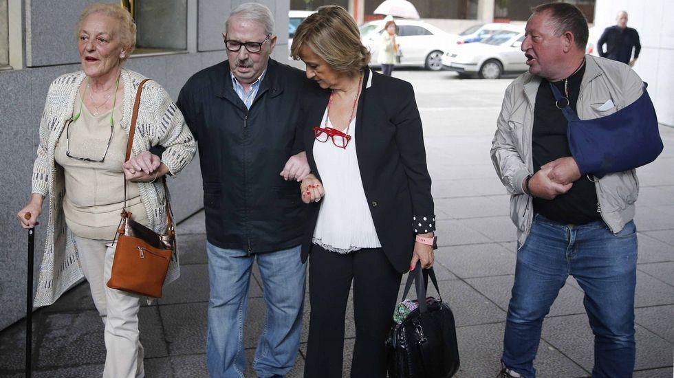 .El ex secretario general del SOMA-UGT José Ángel Fernández Villa (2i), a su llegada a la Sección Tercera de la Audiencia Provincial de Oviedo para enfrentarse al juicio por un presunto delito de apropiación indebida de fondos del sindicato, por el que la Fiscalía pide una pena de cinco años de cárcel