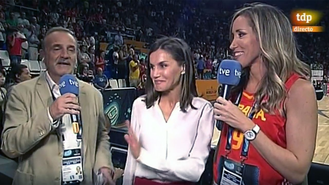 La reina Letizia en la final del Mundial de baloncesto femenino.El rector de la Universidad de Oviedo, Santiago García Granda
