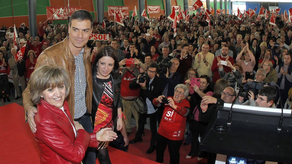 La «fabada Frankenstein» made in USA.El candidato a la Secretaría General del PSOE Pedro Sánchez (c), acompañado de la diputada asturiana Adriana Lastra (d), que coordina su candidatura, y la senadora María Luisa Carcedo (i), durante el acto de campaña celebrado en Gijón