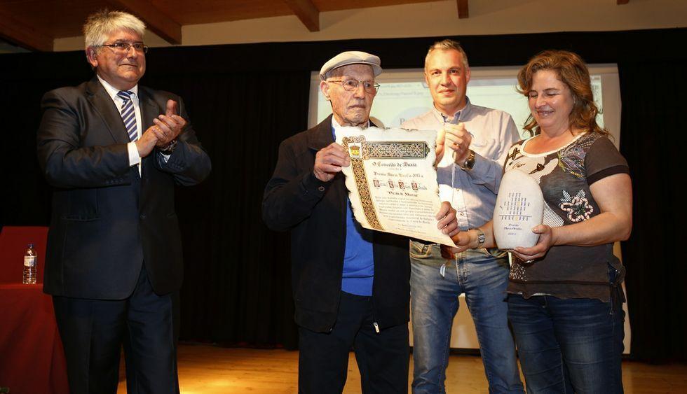 Pazos de Merexo, recogiendo el Premio María Amelia junto a sus hijos Pedro y María José.