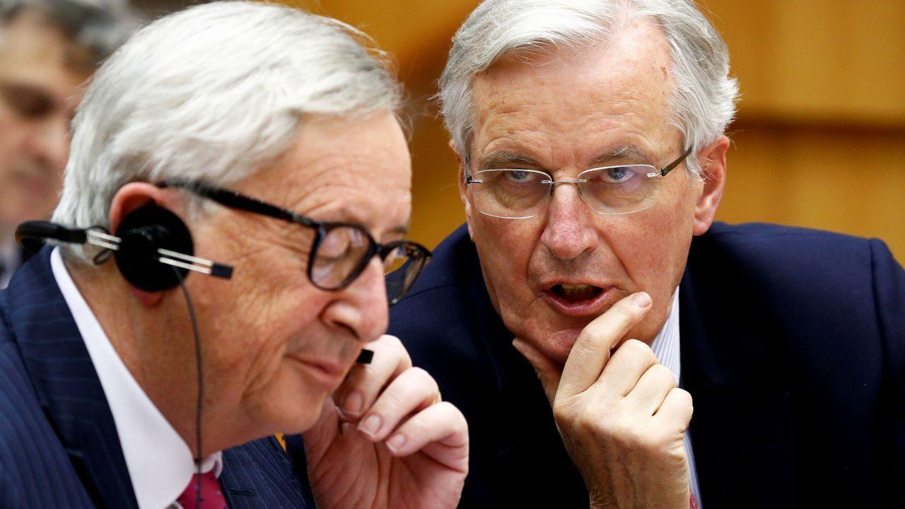 Casado anuncia que el PP recurrirá ante el TC los decretos convalidados en el Congreso.Juncker y el negociador del «brexit»,Michel Barnier, durante su comparecencia ante la Eurocámara