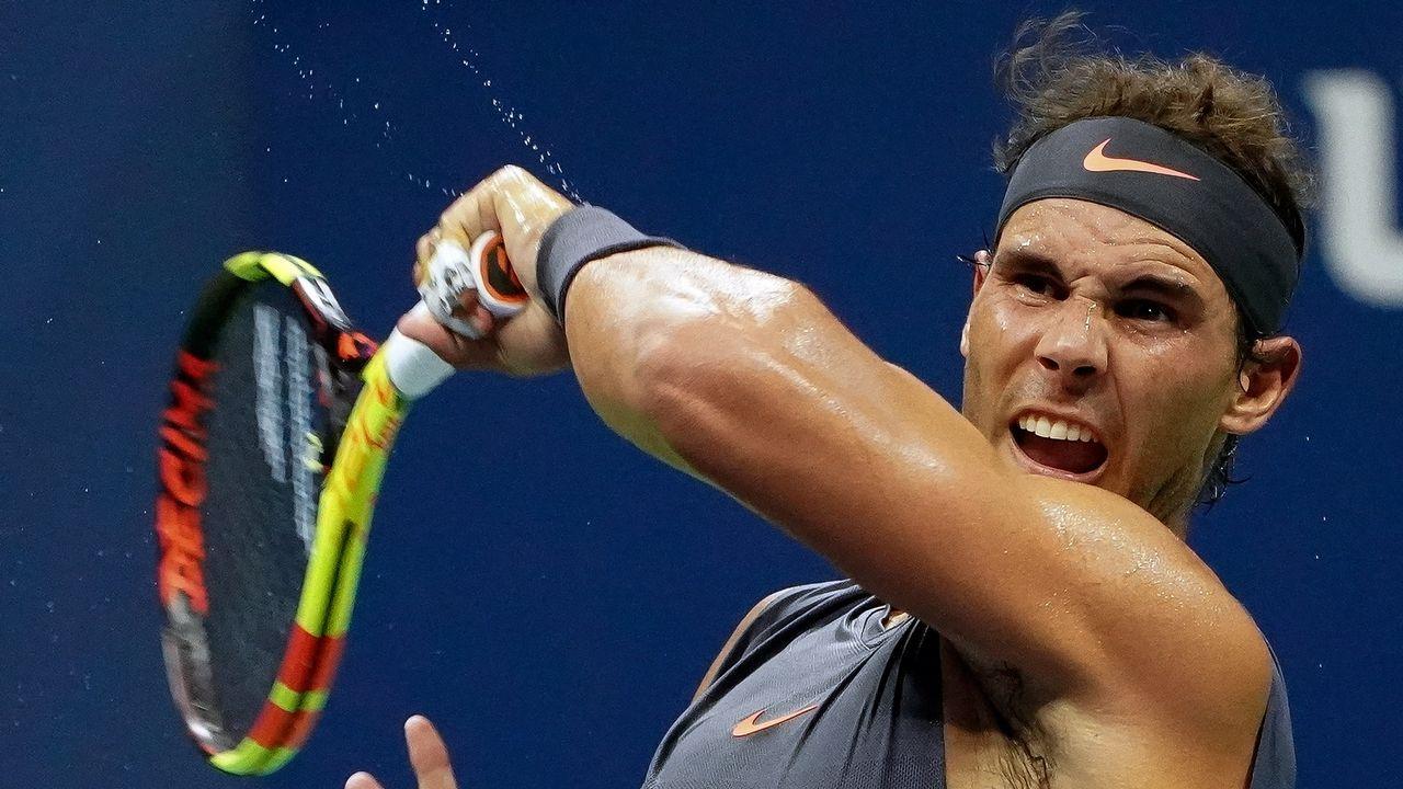 .El tenista español Rafael Nadal en acción ante su compatriota David Ferrer durante el partido de la primera ronda del Abierto de Estados Unidos. Nadal venció el encuentro esta madrugada, hora española, en el USTA Billie Jean King National Tennis Center, en Flushing Meadows, Nueva York (EE.UU.)