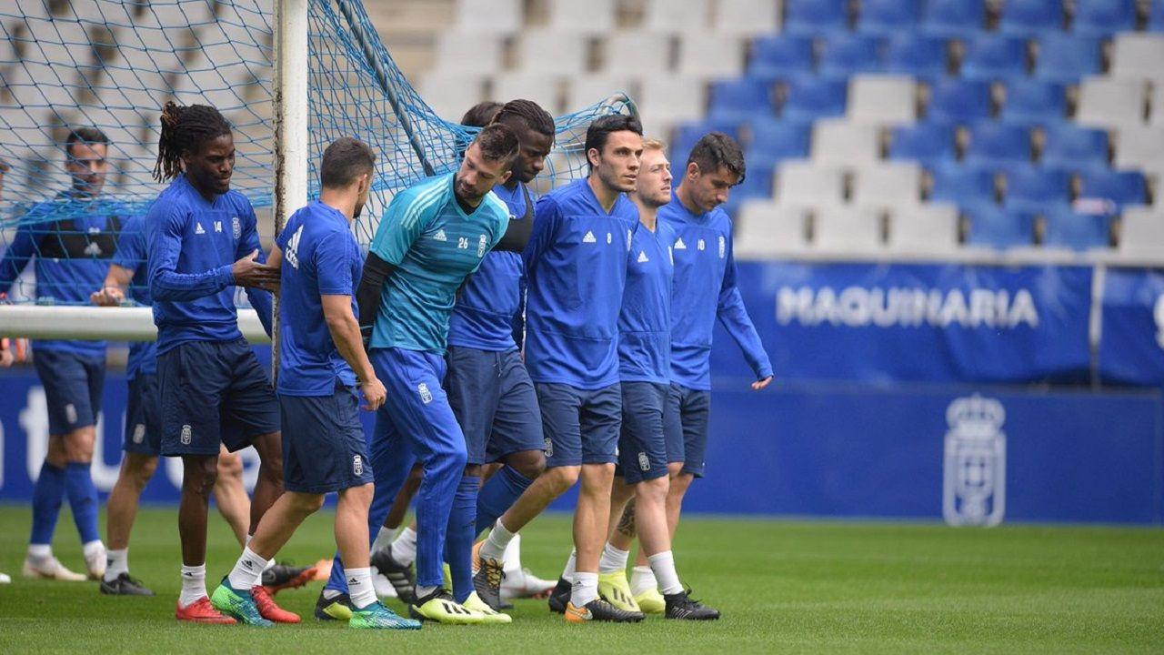 Jugadores del Oviedo en un entrenamiento en el Carlos Tartiere