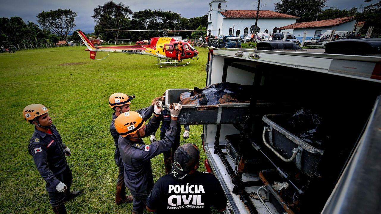 Miembros de la Policía Civil y de miembros de las fuerzas de rescate guardan cuerpos, tras la rotura de la represa que contenía residuos minerales de la compañía Vale