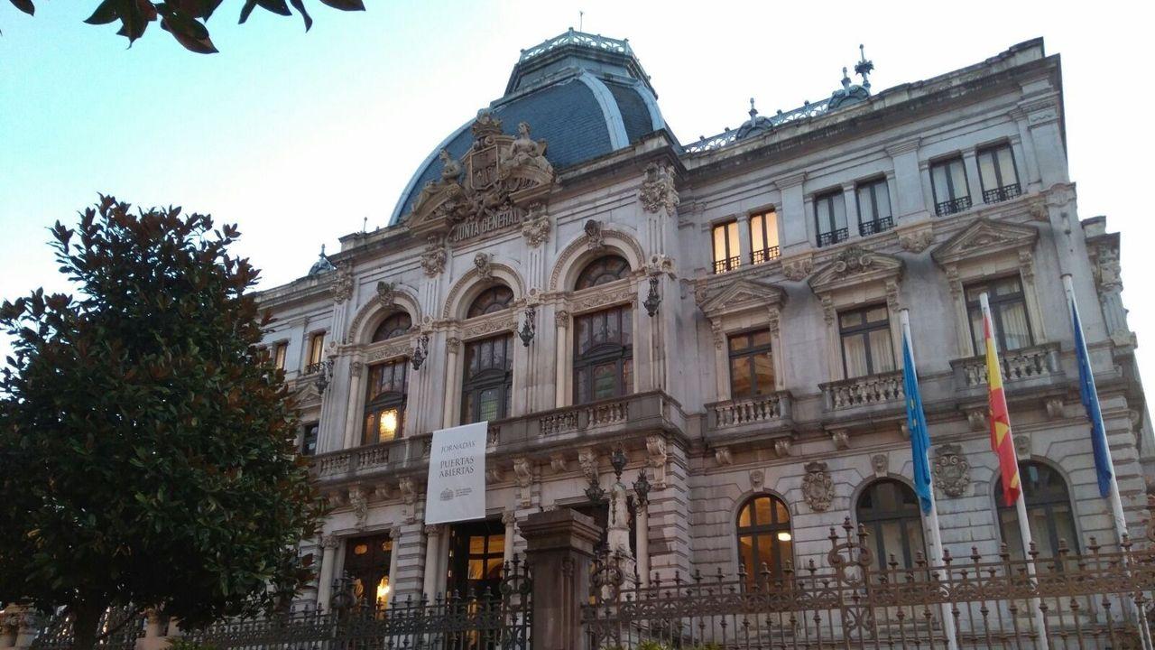 Concentración de los trabajadores del hotel de La Reconquista.Junta General del Principado de Asturias