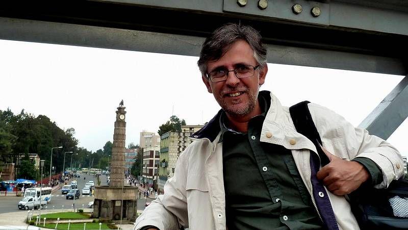 .El barista Óscar de Toro escancia una infusión de café como paso previo a la degustación del pescado