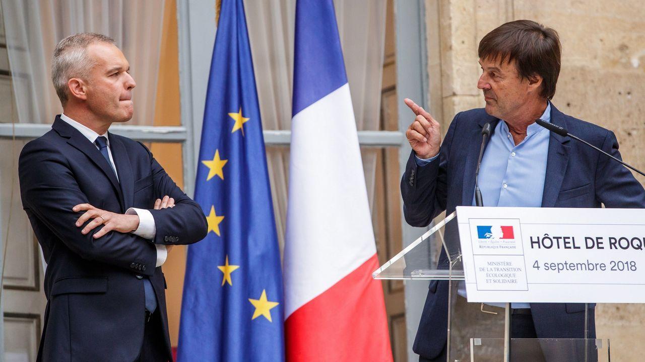 Polémica foto de Macron con dos jóvenes haciendo una «peineta».El exministro de Ecología se dirige a su sucesor