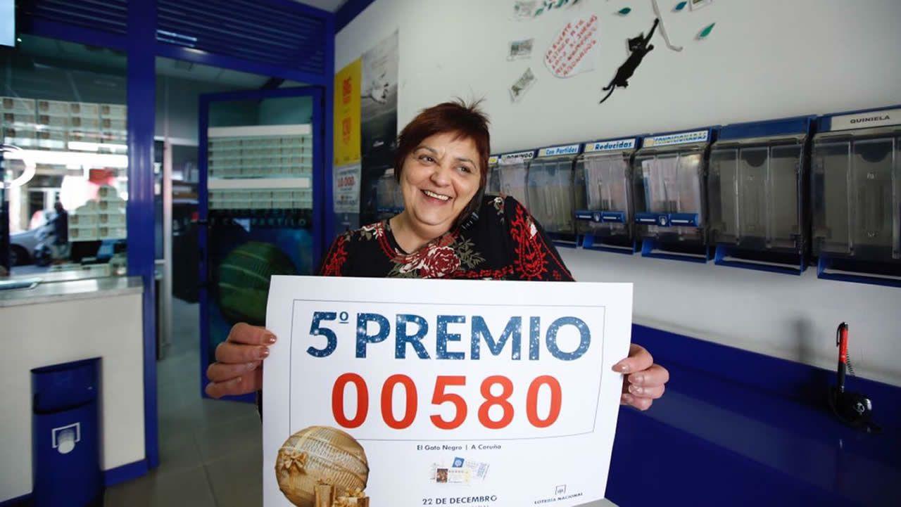 La administración El Gato Negro de A Coruña repartió un décimo del quinto premio.