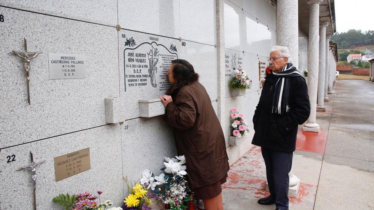 María Luisa y Alberto acuden cada día al cementerio de San Mauro a visitar la tumba de su hijo, que falleció atropellado el 6 de agosto del 2010