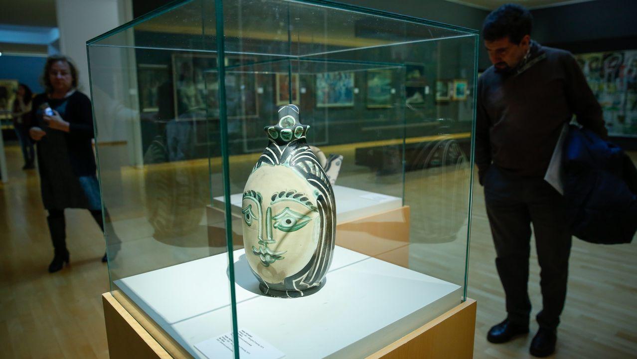 Las joyas contemporáneas de la Coleccion Fundación Cajastur Liberbank.Dos visitantes observan «Ceres o desnudo», de Álvarez de Sotomayor