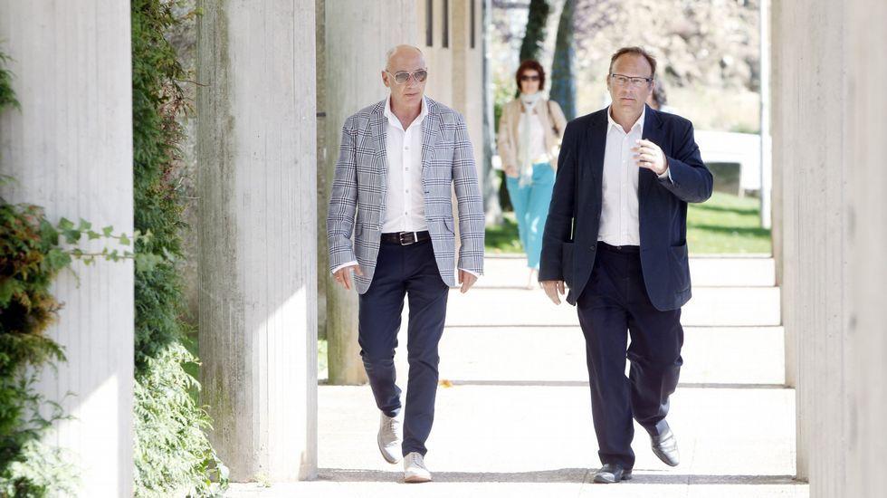 .A la izquierda, el primer juez instructor del caso Alvia, Luis Aláez, en compañía del fiscal, Antonio Roma