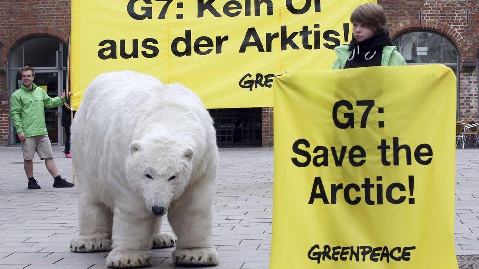«Elegy for the Arctic».Activistas de Greenpeace protestan contra la extracción de petróleo en el Ártico durante una reunión del G-7 celebrada en abril del año pasado en Lüberck, Alemania