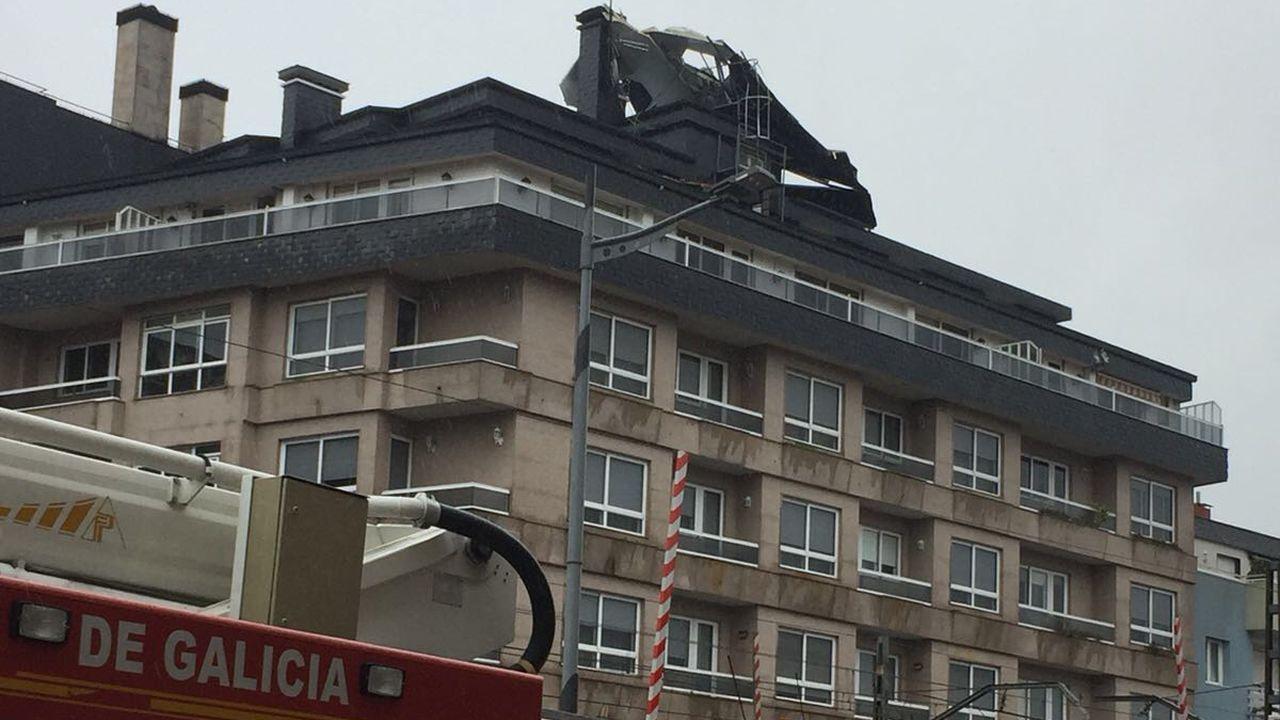 El viento levantó parte de un tejado en un edificio de O Porriño.