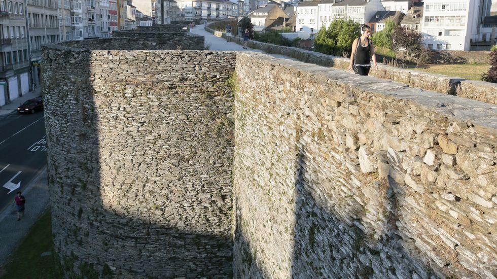 Los tractores rodearon la muralla durante diez días para reclamar una subida de la leche.