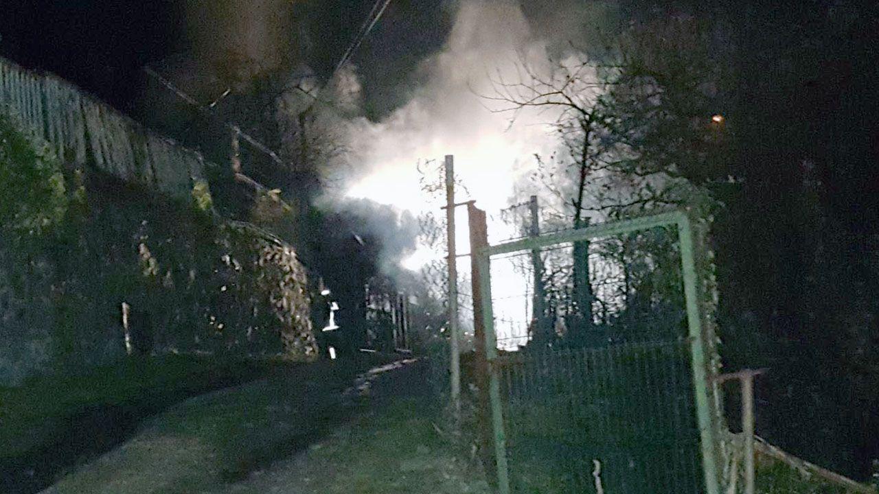 Explosión pirotécnica en Cangas del Narcea.Los bomberos extinguen un incendio de madrugada en Cangas del Narcea