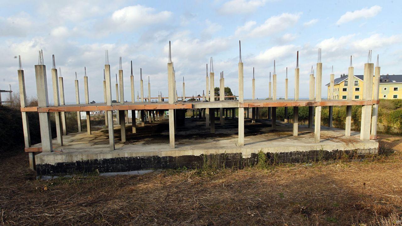 Los esqueletos de construcciones, originadas hace diez años, se reparten por el municipio