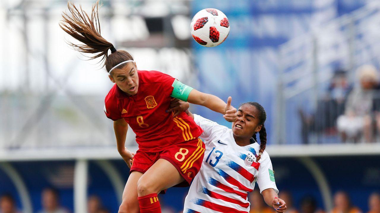 La española Patricia Guijarro compite por el balón con la estadounidense Kiara Pickett durante el partido de fútbol femenino U20 contra España