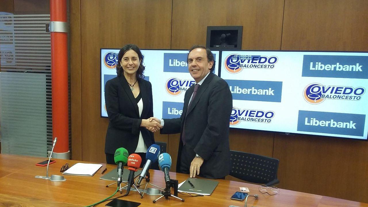 La directora de Relaciones Institucionales y Comunicación de Liberbank, Ana Echenique, y el presidente del Oviedo Club Baloncesto, Fernando Villabella
