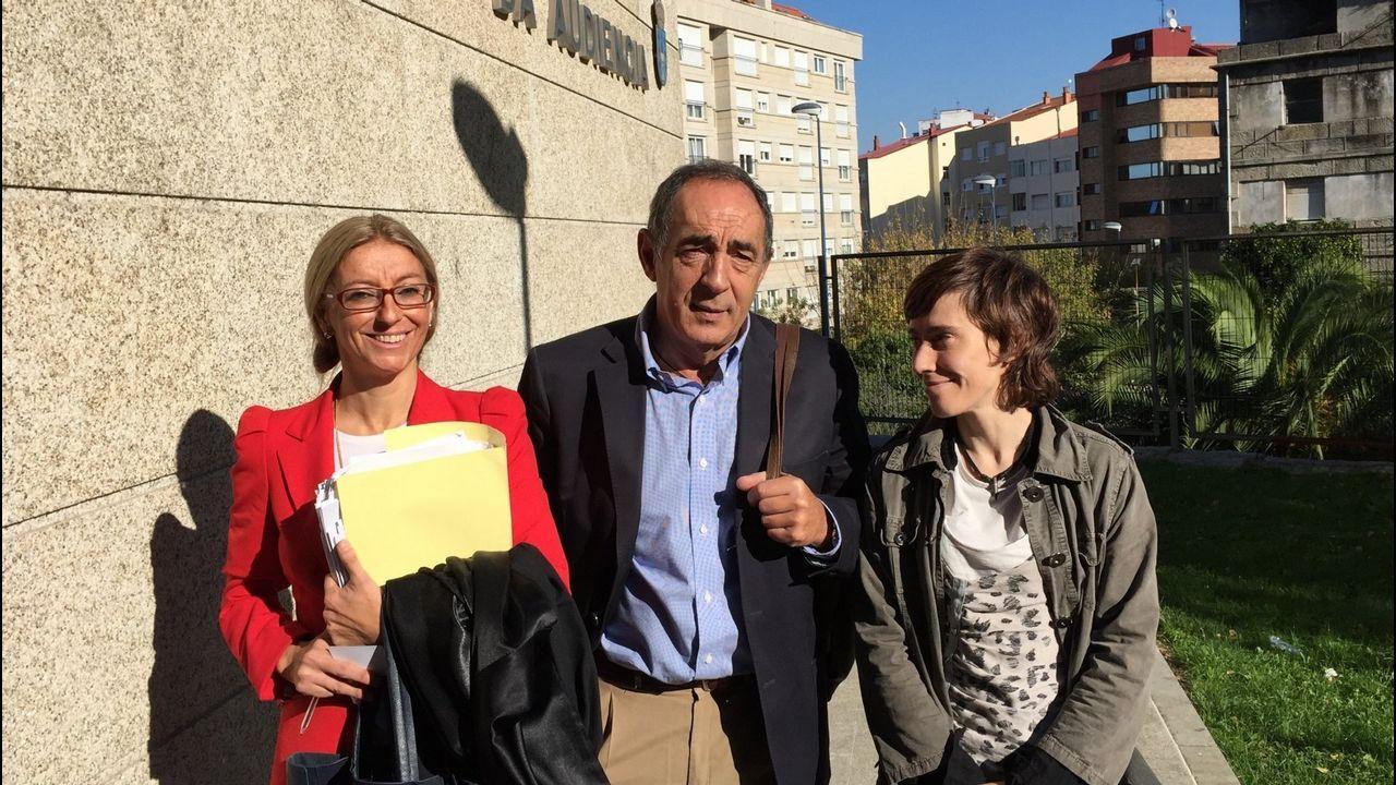.Carmen O., a la derecha, posa con un exdirector del Club Financiero y una letrada, al salir del juzgado