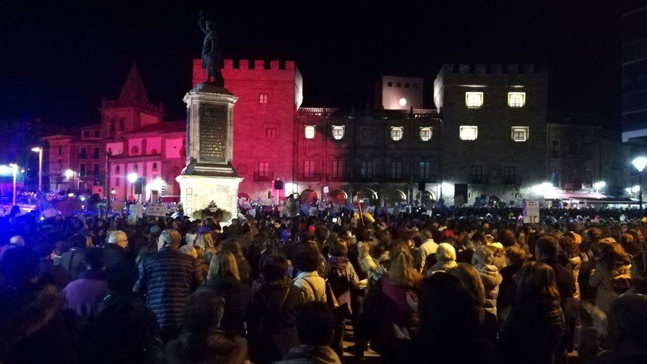 .La manifestación, frente al palacio de Revillagigedo