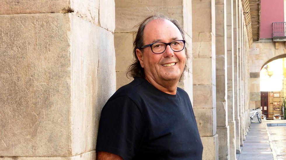 Mario Suárez del Fueyo, en los soportales de la plaza Mayor.