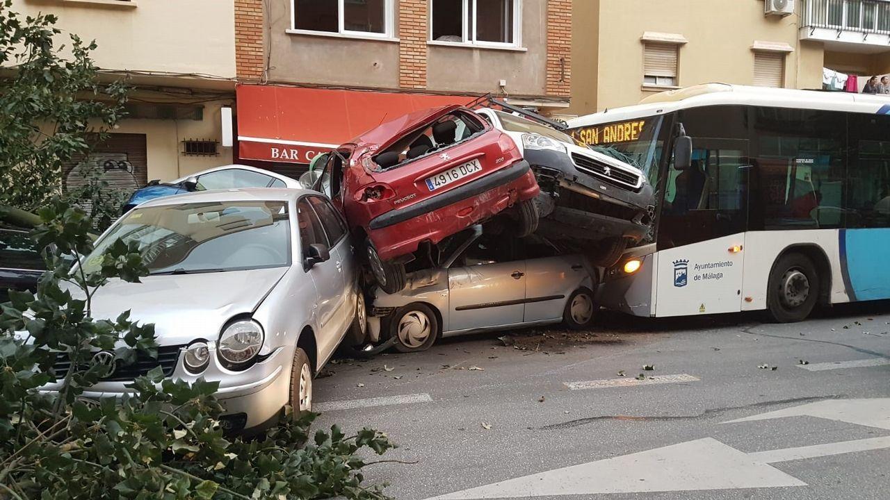 Un autobús choca contra varios turismos después de que su conductor sufriera un infarto.Carlos Hernández celebra el 1-0 frente al Cádiz