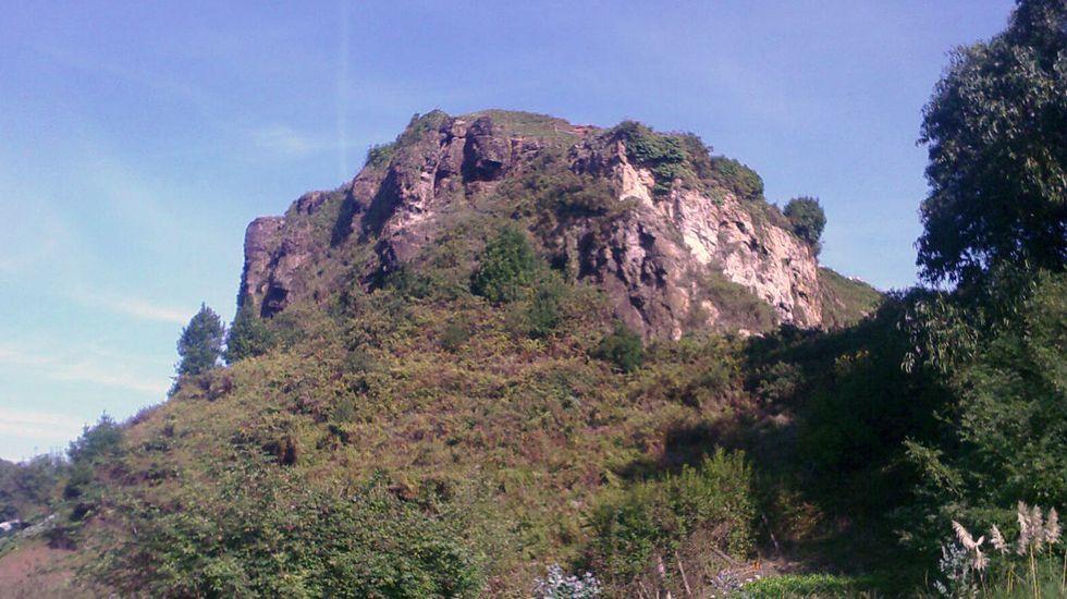 El peñón de Raíces, donde su ubicaba el castillo de Gauzón