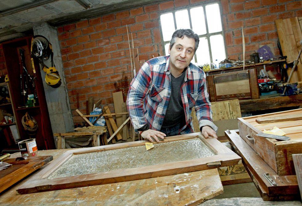 .En su taller de Arzúa Juan López restaura piezas antiguas pero también crea muebles modernos.